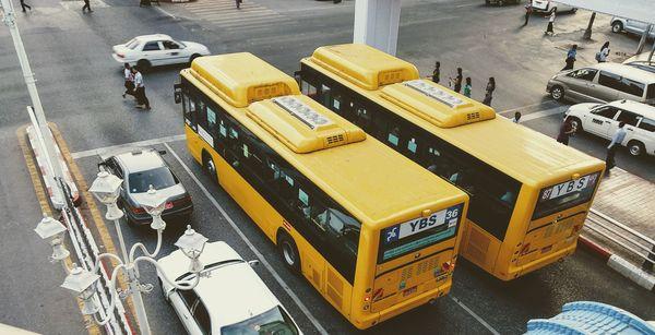 バスと乗用車